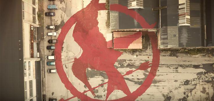 Ceux qui connaissent les films Hunger Games connaissent sans aucun doute le Geai Moqueur (ou Mockingjay en anglais), le fameux symbole de la Rébellion de la célèbre saga de science-fiction. Au Danemark, pour promouvoir le dernier volet des aventures de Katniss, Nordisk Film a travaillé avec l'agence Force of Nature pour reproduire le symbole du Geai Moqueur avec de la peinture rouge, et surtout à grande échelle.