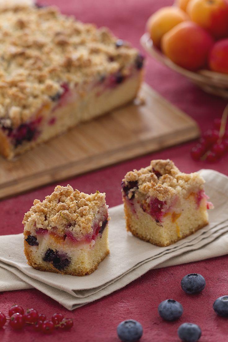 Crumbcake con frutti estivi: un semplice dessert d'effetto, che grazie alla sbriciolata distribuita in superficie conquista tutti!  [Fruits crumble cake]