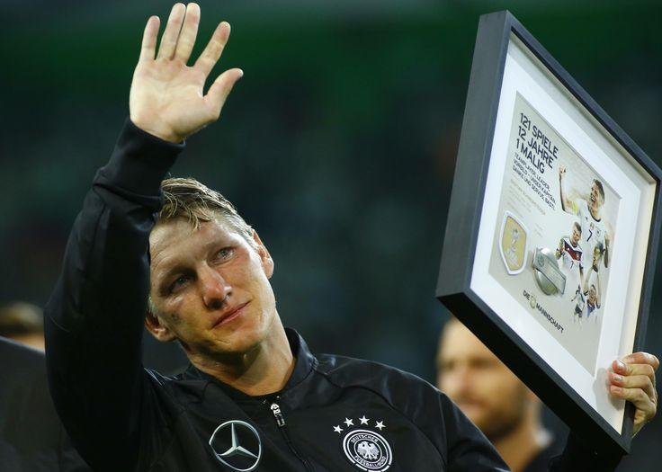 Schweinsteiger se despede da seleção alemã com choro, selfie e vitória #globoesporte