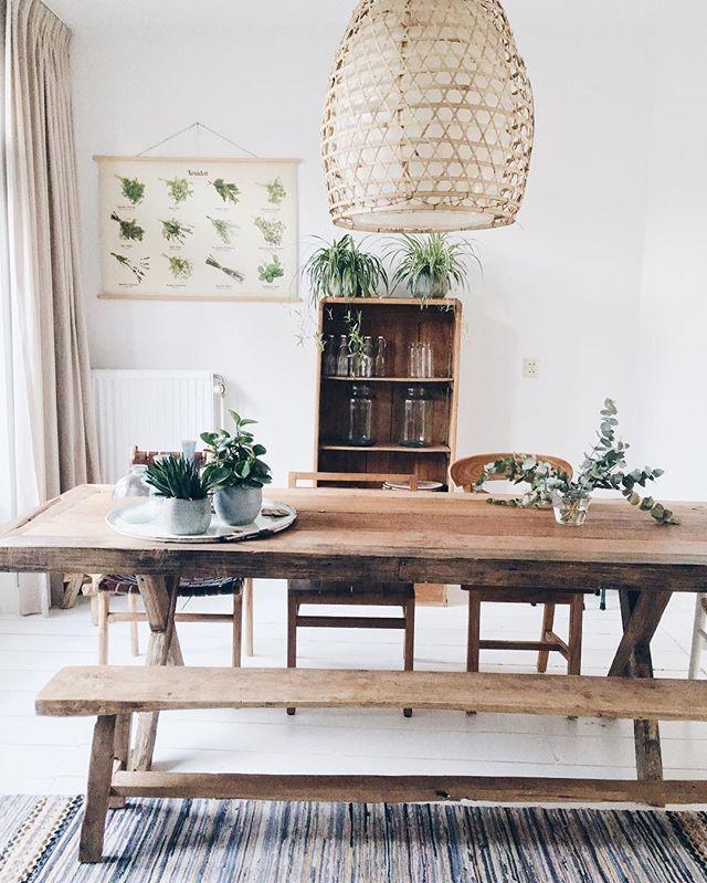 Wat een heerlijke woonkamer! De teakhouten tafel, oud houten bankje en loper komen super tot zijn recht jan! Bij interesse mail naar ibizaoutdoor@gmail.com ook voor een afspraak in de loods. #tafel #woonkamer #interieur #eettafel #bank #bankje #interior #wit #wittevloer