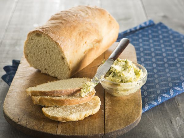 5-ingredient bread with flavoured butter No need for complex recipes, use only five ingredients to make delicious home-baked bread.