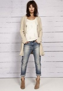 Love these jeans, the outfit looks casual but still stylish!