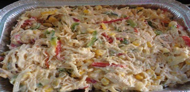 1 peito de frango  - 1 vidro de maionese pequeno  - 1 pote de requeijão Vigor  - 2 cenouras médias  - cebola  - Batata palha  - pimentão amarelo e vermelho  - Salsinha  - Cebolinha  - presunto