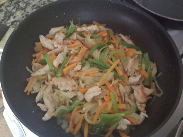 Hola!!!!! tenia muchas ganas de intentar hacer los espaguetis del chino!! en esta ocacion los hice con pollo.... INGREDIENTES: (PARA 3 PE...