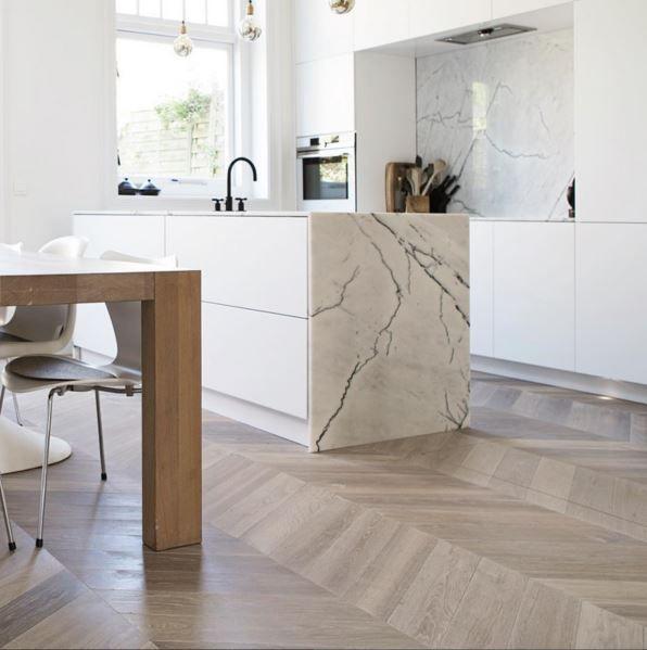 Houten vloer in de keuken: hongaarse punt.  www.woodbyvorselaars.nl