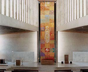 Prebistério da Catedral da Sagrada Família. Cátedra, Altar, Ambão e fonte Batismal de Cláudio Pastro