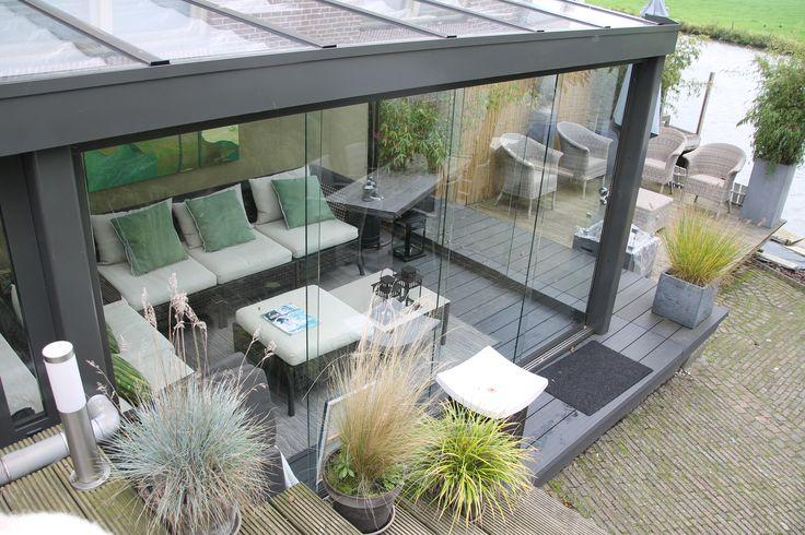 Het gevoel van buiten in een veranda. Met prachtige glazen schuifdeuren maak je van deze gesloten veranda binnen no time een prachtige plek om te genieten van het weer. Is het weer niet goed? Dan sluit je de deuren gemakkelijk, maar heb je toch nog het gevoel van lekker in de tuin zitten.