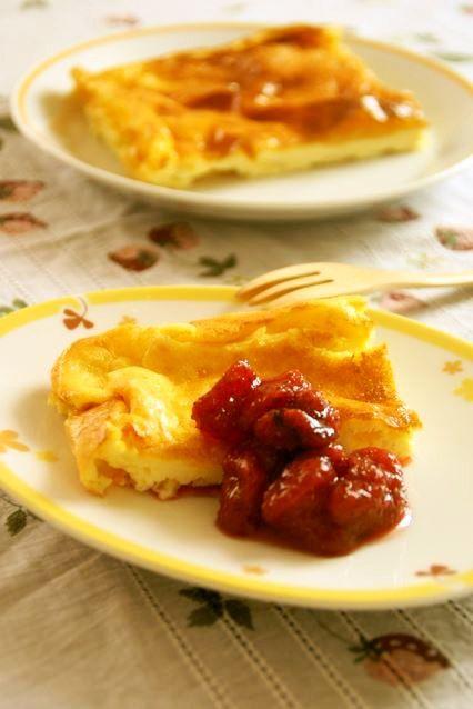 スウェーデン風チーズケーキ '16.06.09話題入り感謝♬ アーモンドが香ばしいスウェーデン南部のOstkaka フルーツソースで召し上がれ♬ うさぎのシーマ 材料 (18cm四方耐熱皿1台分) カッテージチーズ(裏漉しタイプ) 200g アーモンドスライス 20g 上白糖 大匙2 薄力粉 大匙1.5 卵 2個 生クリーム 100cc フルーツソースやホイップクリームなど 仕上げに適宜 作り方 1 アーモンドは160℃のオーブンで5分程空焼きする 又は、薄く色付く程度にフライパンで乾煎りしてもOK 2 オーブンを170℃に予熱開始 ボウルにカッテージチーズを入れて泡立て器で練り砂糖を加え混ぜる 卵を少しずつ混ぜていく 3 生クリームを混ぜて滑らかになったら、アーモンド、最後に薄力粉をふるいながら加え混ぜる 4 バター(分量外)を薄く塗った耐熱皿に流し入れる 予熱完了したオーブンで30分程焼成 5 焼き上がり♬ 焼き上がりは膨らんでいますが、冷めると中央が少し凹みます 6 苺のプレザーブ風ジャム(ID:1057907)を添えました。 お好みのジャムやフルーツと共に召し上がれ♪…