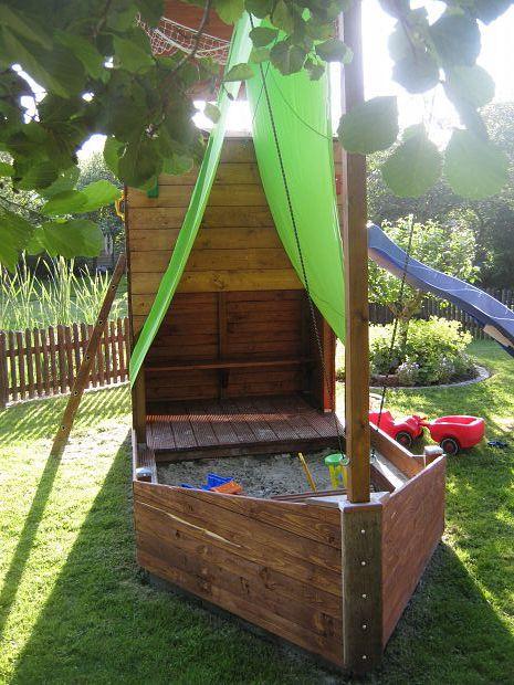 Ein Platz zum Spielen, Toben und Klettern. Kletterturm, drainierter Sandkasten…