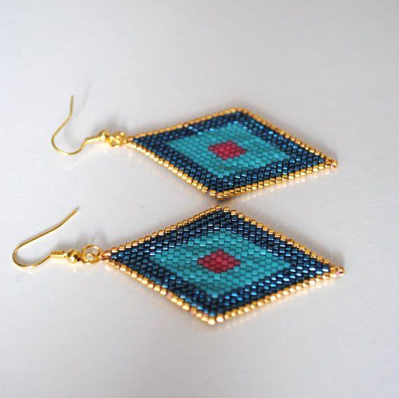 Boucles doreilles tissées en forme de losange, beaded. Gold filled 24 k carats. Plaqué or. Jewelry