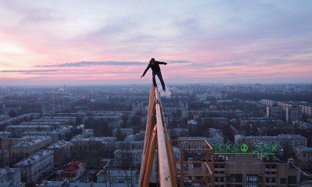 Kalau pria ini menamakan dirinya sebagai Mustang Wanted. Pemuda asal Ukraina ini jadi sensasi karena keberaniannya di ketinggian. (istimewa/sbs)