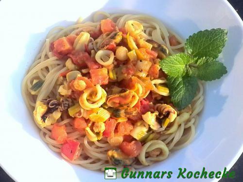Spaghetti mit Tomaten und Meeresfrüchten