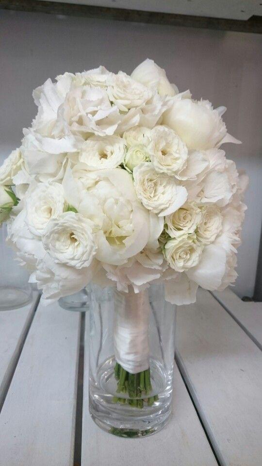 Bruidsboeket van witte pioenrozen trosrozen zonder groen zeer luxe boeket verkrijgbaar bij www.bloemenweelde-amsterdam.nl