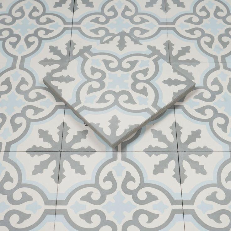 Marockanskt Kakel Turkoso är en vacker, handgjord, torrpressad cementplatta med klassiskt mönster i vitt, grå och ljusblå. Kan användas inomhus och utomhus.