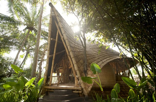 Ce village, plus vrai que nature, se situe le long de la rivière Ayung à Bali. «Green Village» est constitué de 15 maisons, pensé par l'architecte Donna Karan. Entièrement en bambou, les constructions ont été imaginées de manière durable, basée sur le savoir-faire artisanal local. L'atmosphère que dégagent de telles habitations est une invitation naturelle à la détente, l'apaisement.