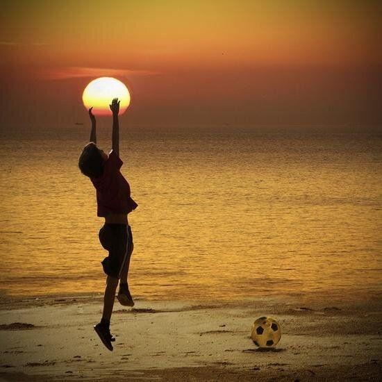 Jugando al futbol con el sol.