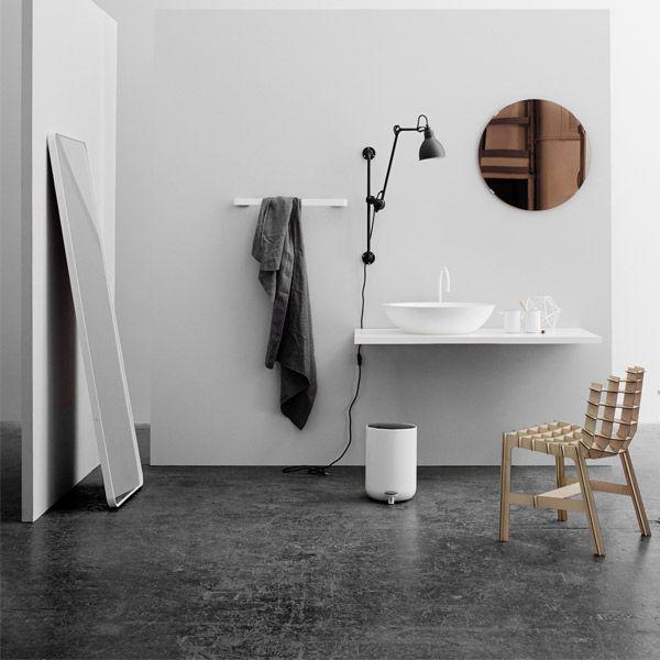 Minimalistinen Norm-lattiapeili on tyypillistä suunnittelutyötä Norm Architectsilta. Suunnittelijat yrittävät aina löytää mahdollisimman yksinkertaisen ratkaisun, eikä mitään ylimääräistä lisätä ilman tarkoitusta.
