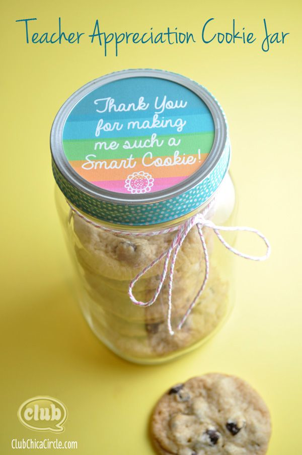 Bake some cookies, stack in quart sized mason jar, cut out free printable and give to favorite teacher - so easy! Teacher Appreciation Cookie Jar Homemade Gift Idea with Free Printable @clubchicacircle