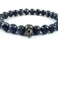 Dizarro to męska biżuteria najwyższej jakości produkowana z kamieni półszlachetnych, srebra, złota oraz kryształów Swarovski™.  Bransoletka wykonana z kamieni szarych labradorytów oraz srebrnej, rutenowanej czaszki.Szczegóły:- czaszka z rutenowanego srebra próby 925- bransoletka wkładana na elastycznej gumce- średnica kulek: 8 mm- bransoletka zapakowana w eleganckie, czarne pudełko