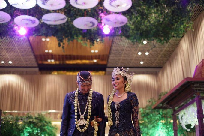 Pernikahan adat Sunda Jawa Barat ada beberapa jenis tergantung wilayahnya. Warna busana adatnya juga berbeda di setiap wilayah itu. Tapi tak ada keharusan yang mutlak. Sekarang semua sesuai selera pengantin.