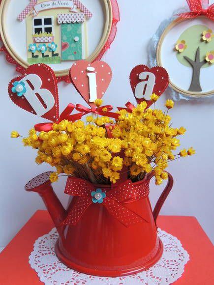 Regador de alumínio na cor vermelha para enfeite de mesa.  Não está incluso as flores, somente os tags com o nome da criança + laço de fita de cetim de poá com uma flor azul feita de scrapbook.  Cabe no regador no máximo 4 letras. R$ 30,00