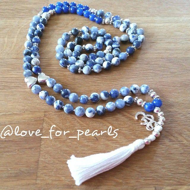 Halsband med en knut mellan varje pärla. Jade och agater. 108 pärlor med silver mellandelar.  350 kr #loveforpearls #gemstones #handmadebyme #jewlery #yoga #yogajewlery #handgjordasmycken #smycken #pärlor #pärlorpåtråd #love #smyckentillverkning #gemstonelove #boho #mala #yogasmycken #halsband #följ #meditation #108beads