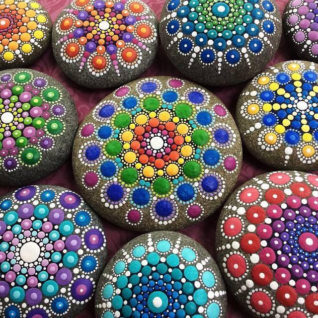 """Elspeth McLean dipinge i sassi con la tecnica del """"Dotillism"""": piccoli cerchi di pittura acrilica disposti in modo simmetrico che ricordano i mandala."""
