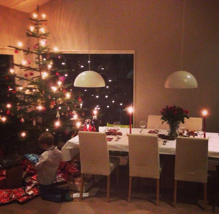 24.desember  Ungene gleder seg til middag og gaver.