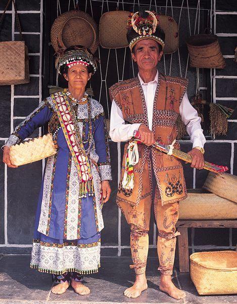 Рукай — одна из народностей Тайваньских аборигенов, проживают в горах на юге Тайваня у восточного побережья, недалеко от города Тайдун. Сланец, это их стиль жизни, то что окружает их повседневно, будь то дом, крыши которого, стены, внутренние помещения, столы, и даже тарелки сделаны из этого камня. Для Rukai этот камень символ Духа, наделенный спиритическими свойствами и Возможностями. Даже строя новые дома, Они используют сланец как для облицовки фасадов, так для кровли и внутренних…