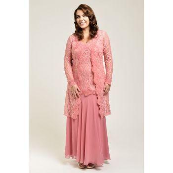 Rochie de seara lunga, rafinata, de culoare roz. Partea superioara este din dantela delicata, cu decolteu in V si maneci lungi. De la bust in jos pornesc insertii din dantela, cu margini ondulate care creeaza iluzia unei jachete. Fusta este fluida si cade in falduri. Este o rochie sofisticata, cu o croiala care avantajeaza doamnele cu forme pline, pe care o poti purta ca tinuta de nasa sau de soacra.
