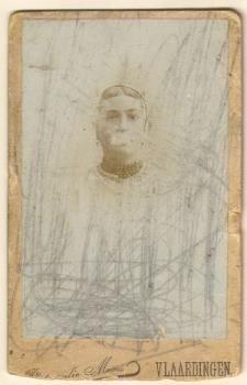 Portretfoto van Trijn Roodenburg in Vlaardingse klederdracht, circa 1900. #ZuidHolland #Vlaardingen