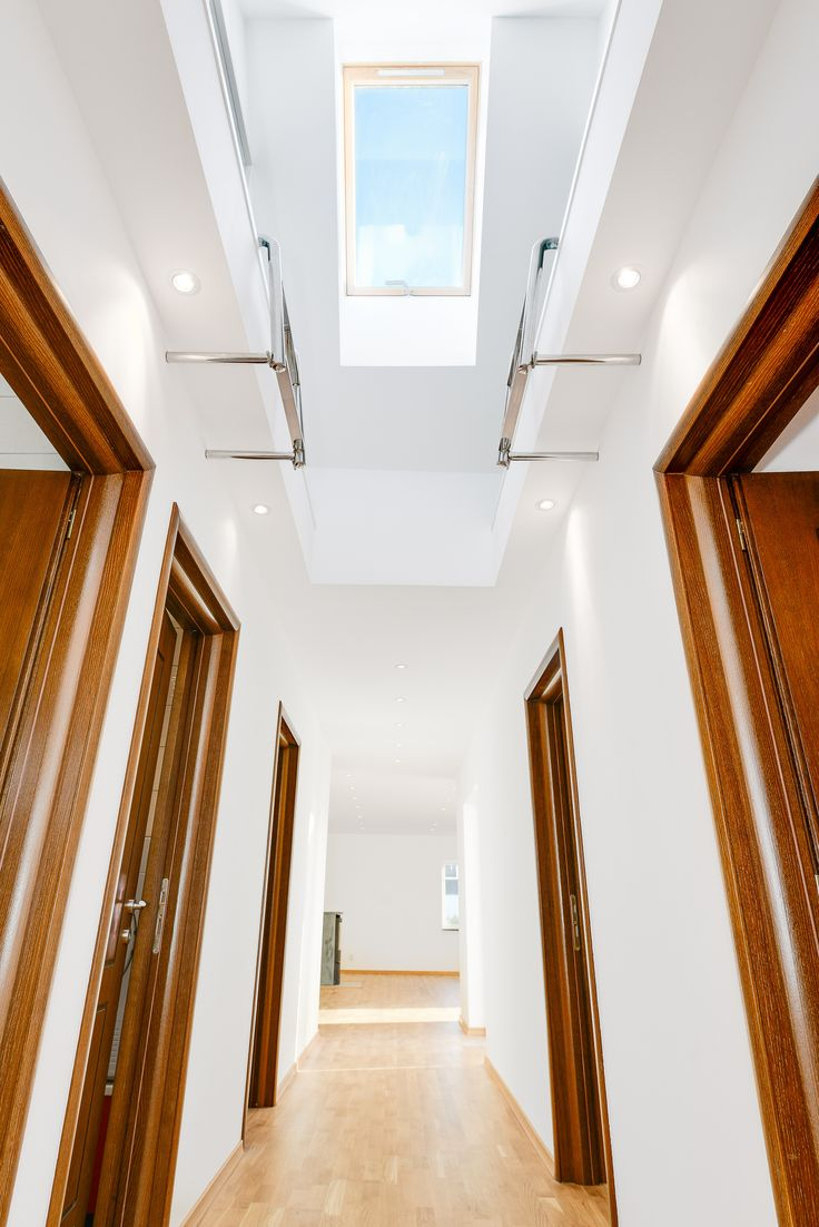 Ljus hall med takfönster som ger ljus och rymd, här ser man stegfästen till loft, vilka är en snygg detalj!