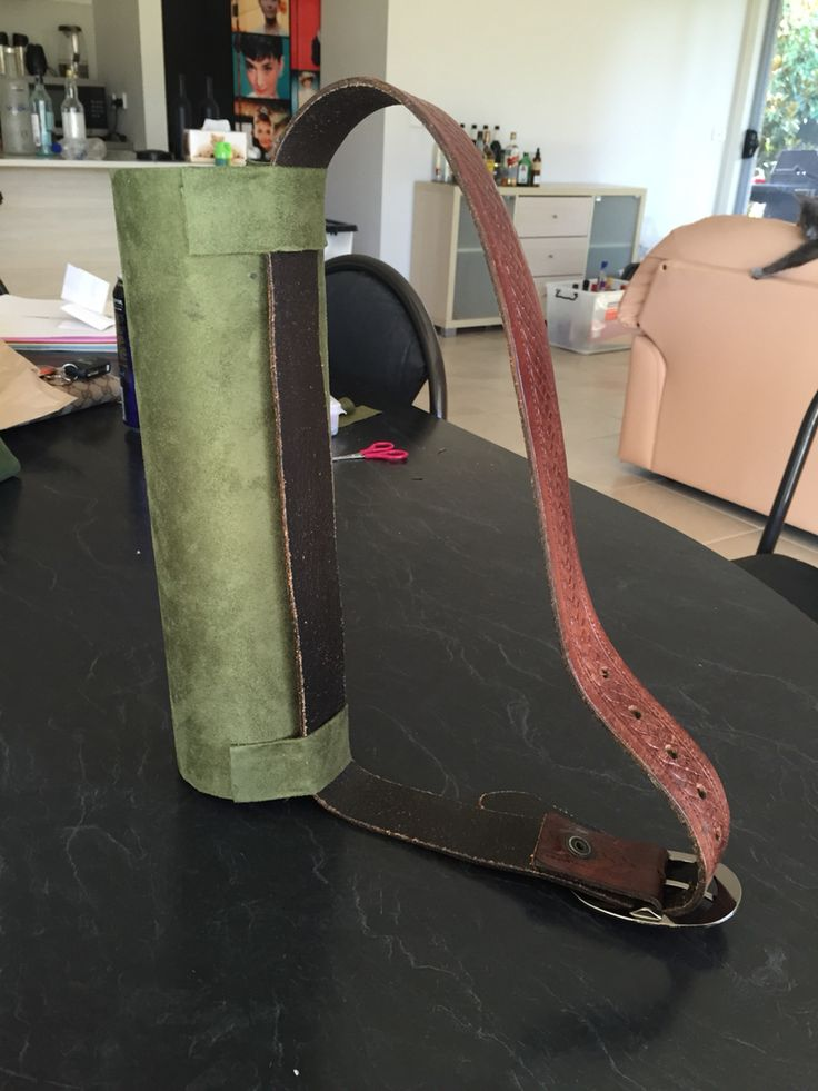 DIY Cosplay Green Arrow quiver made with fabric, wooden disk, old belt, card, fabric glue and scissors! @jesscastorm on Instagram