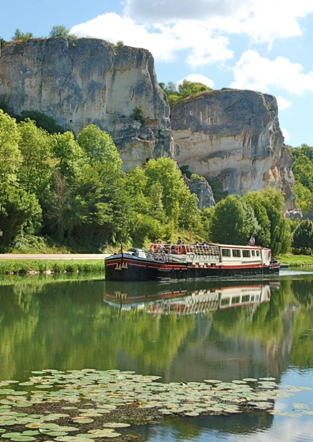 Barge Luciole passes the Rochers du Saussois in Burgundy