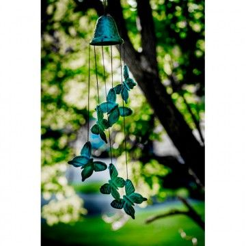 Vindklokke Butterfly.Smuk vindklokke skabt i støbejern.Sommerfugle hænger under klokken og giver dejlig vellyd fra sig, når de aktiveres af vinden.Højde: 53 cm