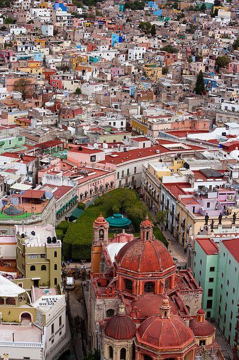 La ciudad de Guanajuato en el estado de Guanajuato: he tenido la dicha de visitarla varias veces con acompañantes especiales y por eso sigue siendo una de mis favoritas de México. Vista parcial desde el monumento del Pípila. Elevated View Over The City Of Guanajuato In Mexico - Photography by Art Wolfe