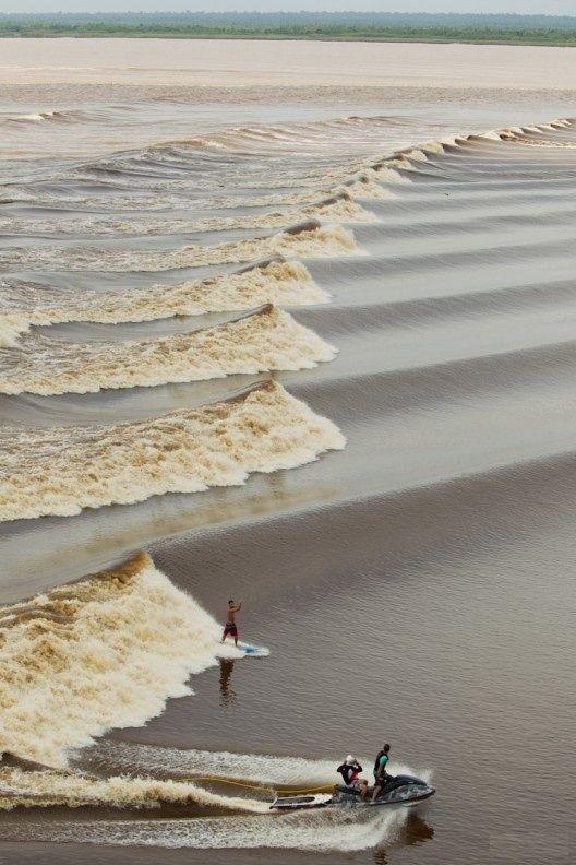 Pororoca - encontro das águas do rio Amazonas com as águas do mar do Atlântico.