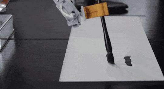 個人でも買えるロボットアームがあったらどんな風に使うだろう? このロボットアームはAIを搭載していて、アームの動かし方を覚えさせることができる。 プログラムを書くわけではないから、直感的で、習字を書くことだってできるのだ。 ジェスチャーや音声で入力、操作できるデバイスのleapmotionやkinectを使えば、リアルタイムでアームを動かすことだってできる