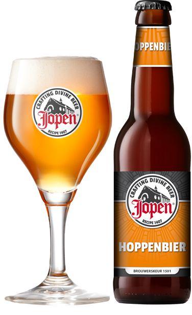 Jopen Hoppenbier / Dubbel gehopt, dubbel aanbevolen Frisbitter blond bier, 6,8% Jopen Hoppenbier is het enige driegranenbier ter wereld met een dubbele hopgave. Een fris bier met een moutige beginsmaak en een lang uitvloeiende, bittere nasmaak. Dit blonde bier is een replica van een stadsbier uit Haarlem en is gebrouwen volgens het brouwerskeur (gemeentelijk voorgeschreven recept) uit 1501. Een klassieker.