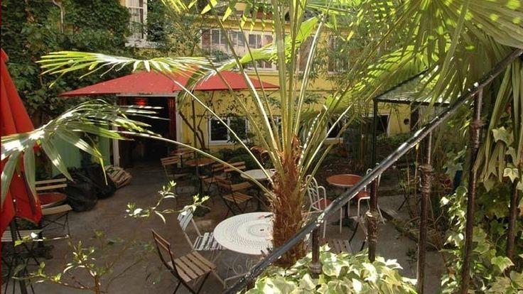 Bistrot des Dames - Rue des Dames 17e. Ceux qui ne connaissent pas passeront devant ce bar sans s'arrêter.  Restaurant / Bar avec un joli patio - terrasse arboré qui nous éloigne un peu du tumulte Parisien. Idéal pendant les belles soirées d'été.