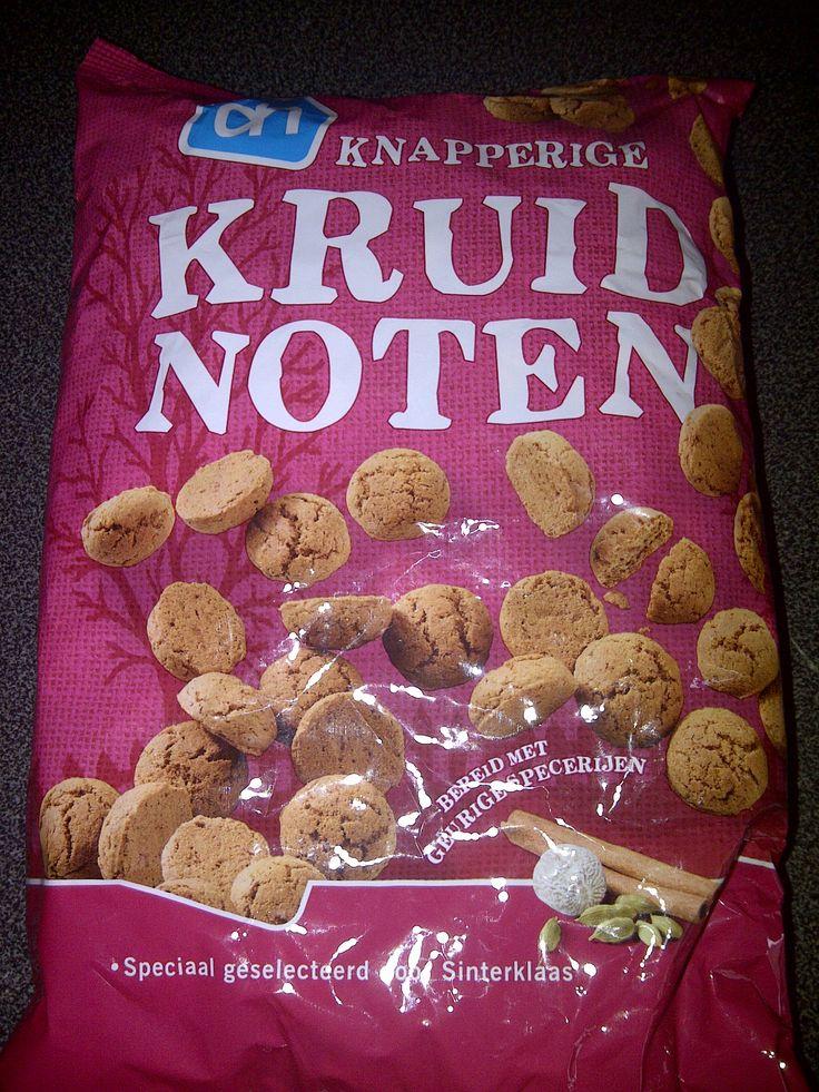 Lactosevrije kruidnootjes (ook Melkvrij) - verkrijgbaar bij Albert Heijn.  Meer tips? Check http://www.lactosevrijgenieten.nl