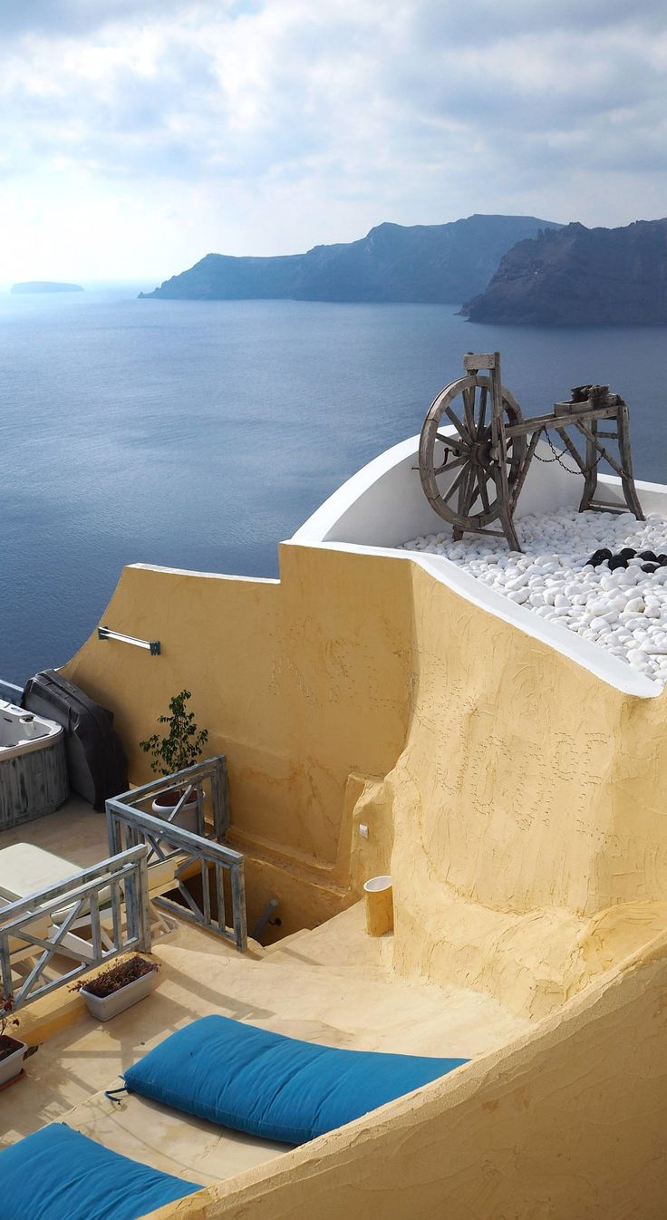 Greece Travel Inspiration - Do you want to visit the stunning Greek Island of Santorini however the cost is putting you off then let me show you what to expect if you visit Santorini during Winter or Fall. From cheap accommodation in Oia to the weather...pop on over to the blog to check out all my travel tips to help you plan your next dream vacation. #oia #santorini #greece #traveltips #80pairsofshoes