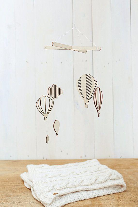Air balloons baby mobile / Wooden baby mobile / por GeraBloga