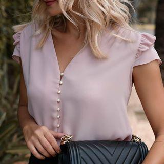 Detalhe da Blusa Manga Babados Botões Pérola (132,00)  Compre pelo site  www.santasantina.com.br ✔Pagamento via depósito bancário ✔ Cartões de crédito via pagseguro. Parcelamos em até 3x sem juros. ✔ Enviamos para todo o Brasil via sedex ou PAC. #lojasantasantina #trend #moda #estilo #instafashion #santasantina #arraso #vestidadesantina #fashion #moda #modaparamulheres #modaparameninas #ootd #dodia #vendasonline #americana #blusafeminina #blusa #fashionista #awesome