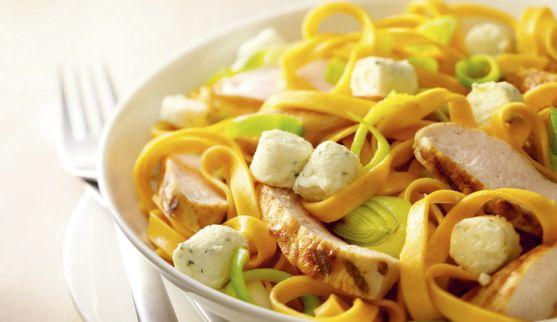 Maak de prei en bosuitjes schoon en snijd ze in dunne ringetjes. Verwarm 2 eetlepels olie en smoor hierin de groenten. Bak de reepjes kalkoen in wat olie goudbruin. Kook de pasta volgens de gebr...