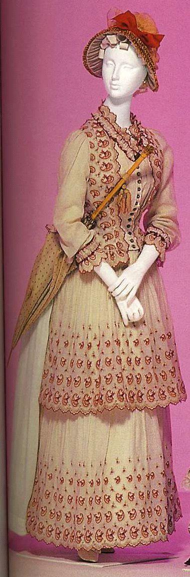 Дневное платье. Около 1886. Белый хлопок полотняного переплетения с вышивкой красными и цвета слоновой кости нитками, комплект из корсажа и юбки с двумя воланами, полотнище из ткани, ниспадающее сзяди юбки.