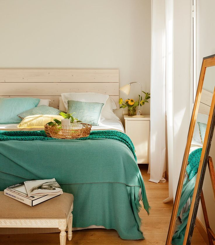 simple bright bedroom with teal green bedding - Un oasis para los cuatro · ElMueble.com · Casas
