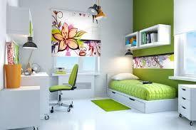 Ustawienie mebli w wąskim pokoiku, ciemna ściana poszerza go trochę i świetne półeczki nad łóżkiem.