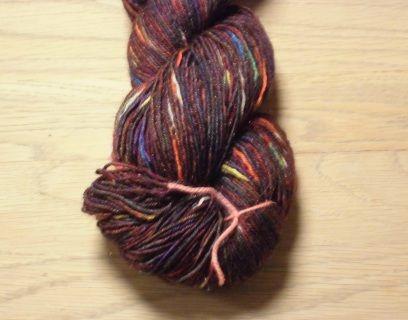 Flot Rødbrun håndfarvet strømpegarn med diskret glitter og regnbuefarvet tweed effekt.  Garn i en tynd kvalitet i en  populær garntykkelse til mange strikkeprojekter. Garnet et 3-trådet og velegnet til jumpere, tørklæder og alle beklædningsdele, der bæres tæt på huden, da det er meget blødt og er håndfarvet i en smuk orange. Jeg har håndfarvet med farveægte og ugiftig syrefarvestof fra dansk producent.  Materiale: 80% Superwash Bluefaced Leicester, en blød og lækker uld, samt 20% trilobal…