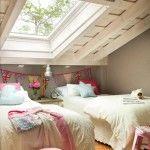 コチラのロフトの子供部屋の雰囲気、最高じゃ無いですか?  何が良いって、ともかく天井が良いですよね。斜め天井の下の包まれ感、そこに埋め込まれた大きな天窓の開放感、白く塗...